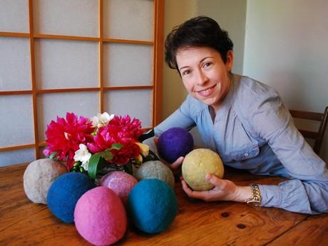 バンクーバーの夫婦、手作り「ドライヤーボール」注文急増-洗濯乾燥軽減