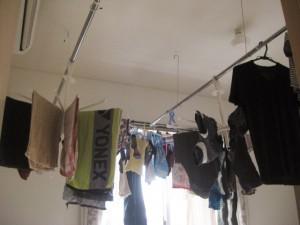 天井吊り式物干し竿で部屋干し