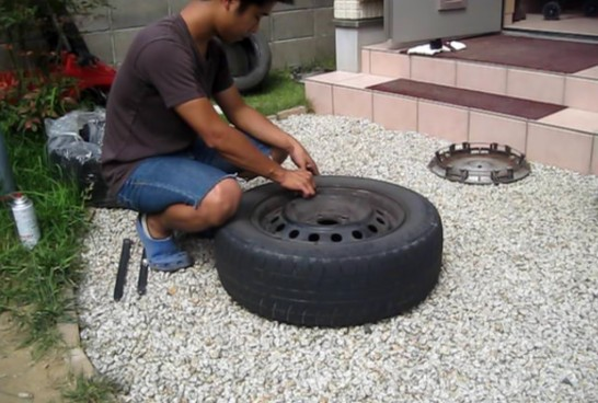カバーを取り外して、タイヤの空気を抜く