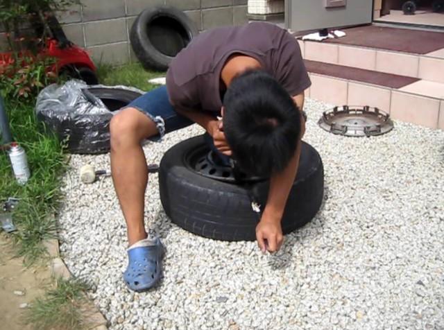 タイヤレバーでビードを落とす