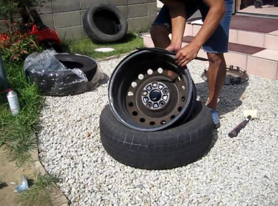タイヤビード部にビードクリームを塗る