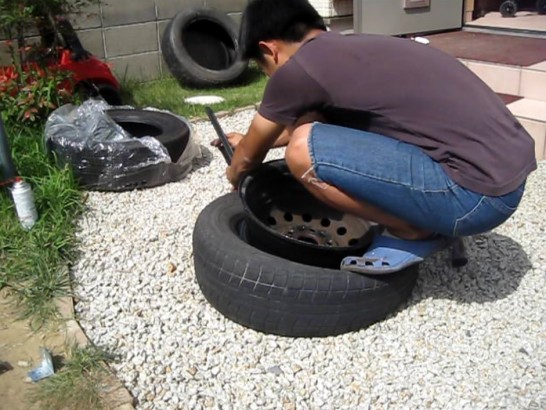 裏側のホイールからタイヤを外す