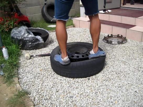 タイヤの上に乗って揉みながら外す