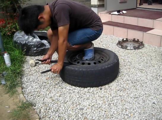 タイヤレバーを使ってホイールとタイヤのリムの隙間を広げる