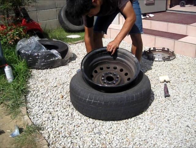 タイヤレバーを使って自動車のタイヤを自分で組み換える方法
