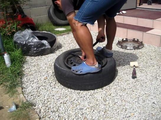 ホイールの表面からタイヤを外していく