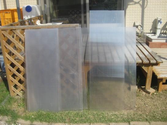 内窓を作るためにポリカーボネートを窓枠にあわせてカット