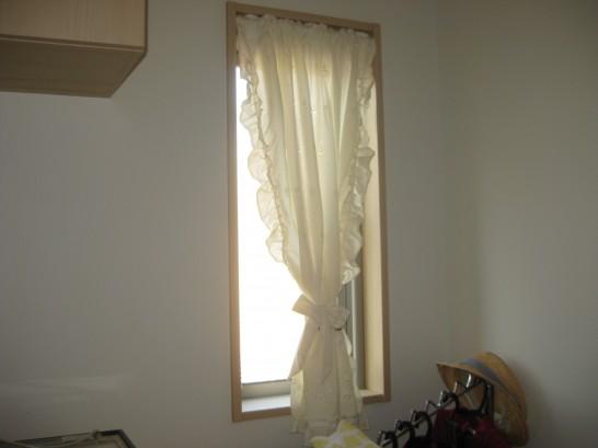 内窓をつける前の玄関の小窓