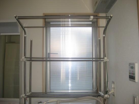 ポリカーボネートで作った自作の内窓を設置した脱衣所の腰窓