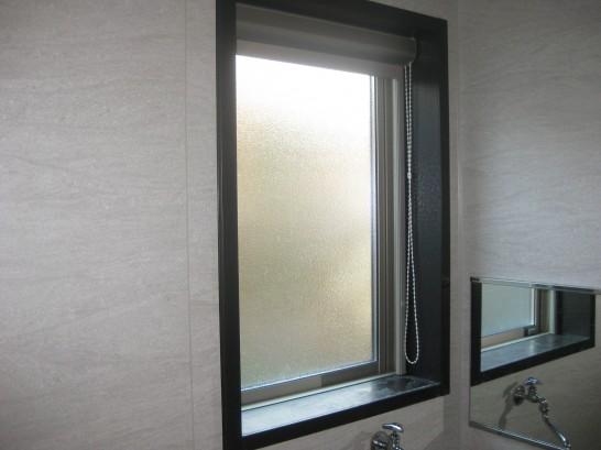 内窓設置前の風呂場の腰窓