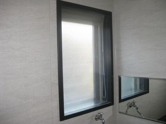 ポリカで作った内窓を風呂場の腰窓に設置
