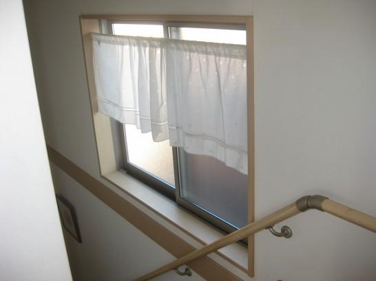 内窓設置前の階段の腰窓