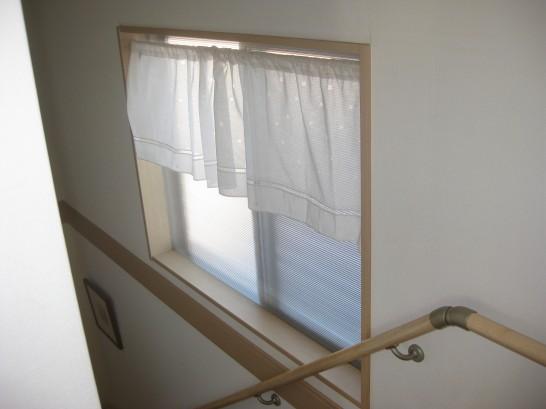ポリカーボネートで作ったDIY内窓を設置した階段の腰窓