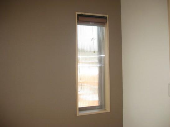 ポリカーボネートでDIYした内窓を寝室の小窓に設置
