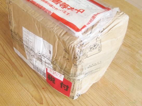 海外から直輸入したアロマオイルのダンボールはぐちゃぐちゃ