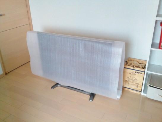 緩衝材を適当な大きさにカットして液晶テレビにかぶせる