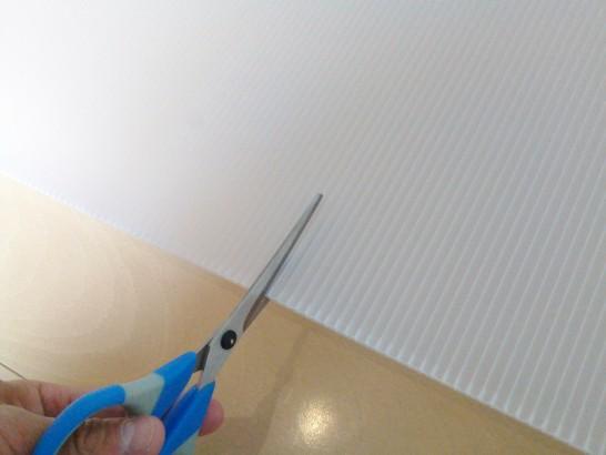 梱包で液晶画面を保護するプラダンをカット