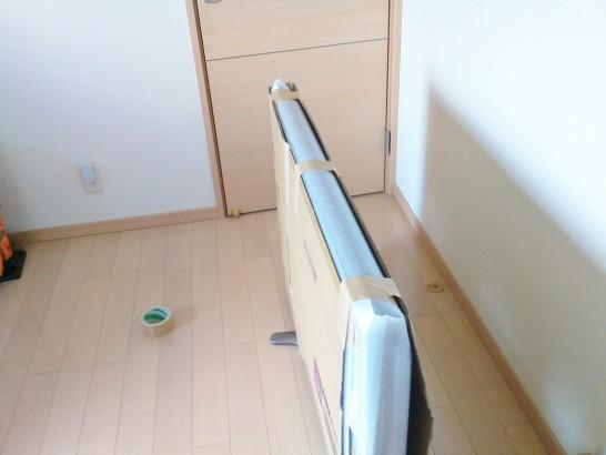 ダンボールでテレビの上部を挟み込むように梱包