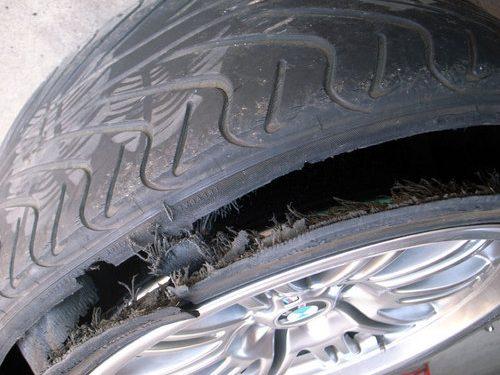 ひび割れが原因によるタイヤのバースト