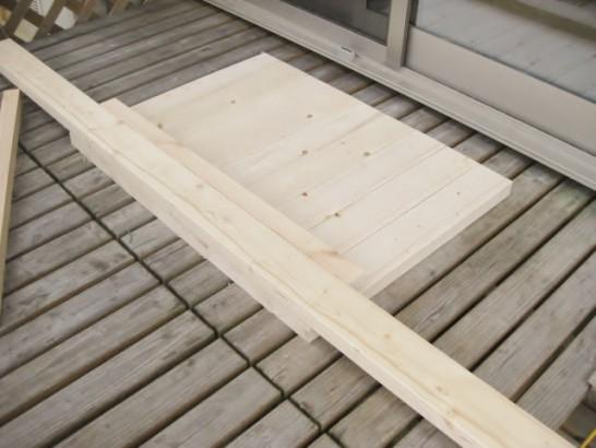 ローテーブルの天板を作るためにカットした木材を並べる