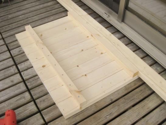 天板の裏から補強材をビスで固定する