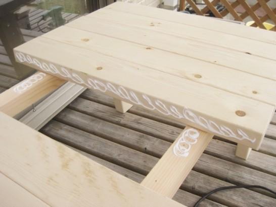 天板の部材に木工用ボンドを塗る