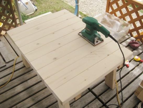 電動サンダーを使ってローテーブルの天面を磨く