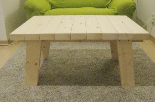 ローテーブルの足はハの字になっている