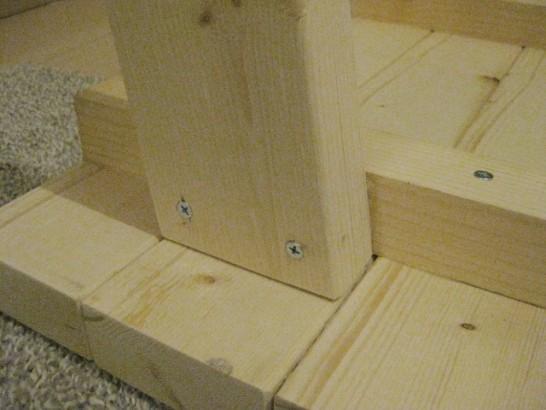ローテーブルの足をビスで固定する