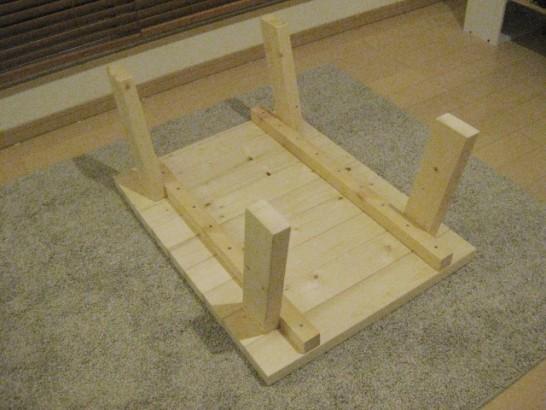 ローテーブルの足を取り付けたら組み立て完了