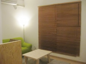 格安ニトリの木製ブラインドでリビングがカフェ風に変身