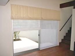 掃き出し窓はバーチカルブラインドと色味を合わせたシェードスタイル