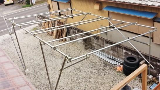 4mの単管パイプをカーポートの屋根部に6本追加