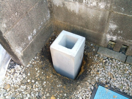 DIYカーポートの基礎石を埋める