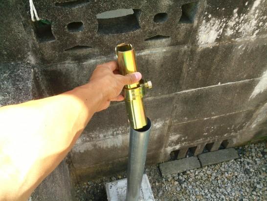 DIYカーポートの支柱となる単管パイプにボンジョイントを挿入