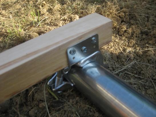 垂木クランプに垂木をビスで固定する