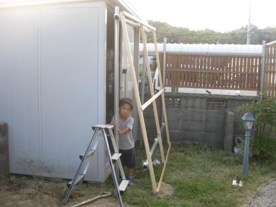 出来上がった屋根を持ち上げる