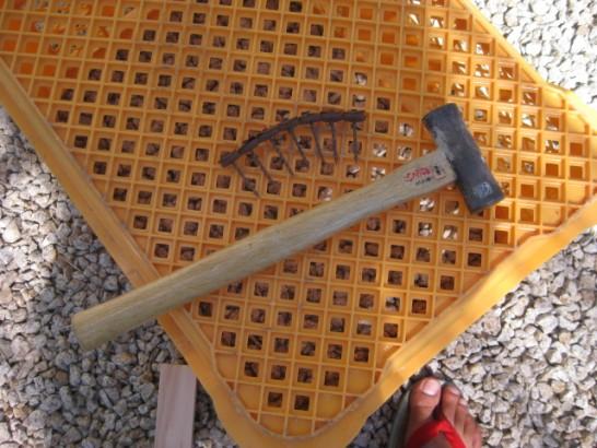 傘釘と金槌をつかってポリカ波板を固定する