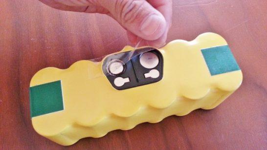 バッテリーにセロテープを貼り付ける