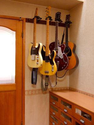 壁掛ギタースタンドの事例4