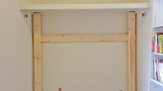 壁面収納棚の縦板を取り付ける