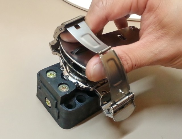 自分でスクリューバック式の腕時計の電池を交換する方法