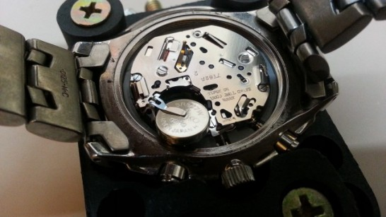 腕時計の電池を取り出す