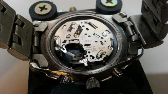 腕時計の電池を取り外した後