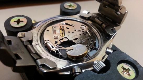 新しい電池を腕時計に入れている様子