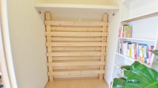 横板を固定した後の壁面収納棚
