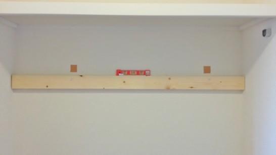 壁面収納棚の1本目の横板を取り付け