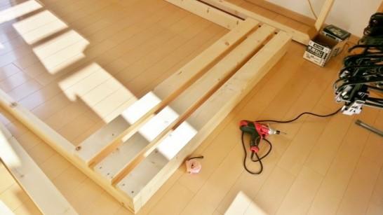 二段ベッドの横板を組み立てる