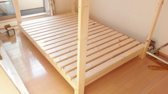 一段目のベッドに柱を取り付ける