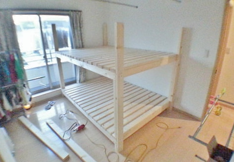 二段目のベッドを組み立てる